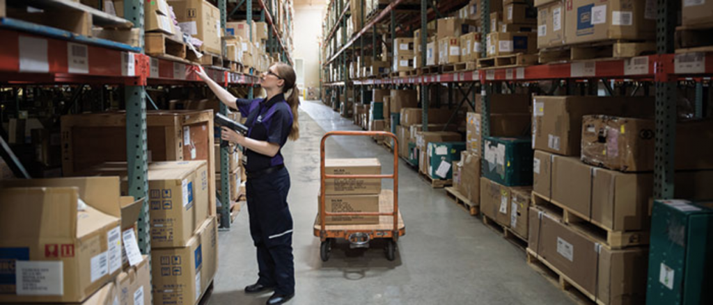 Photo of a FedEx employee working in a warehouse to make money during the pandemic